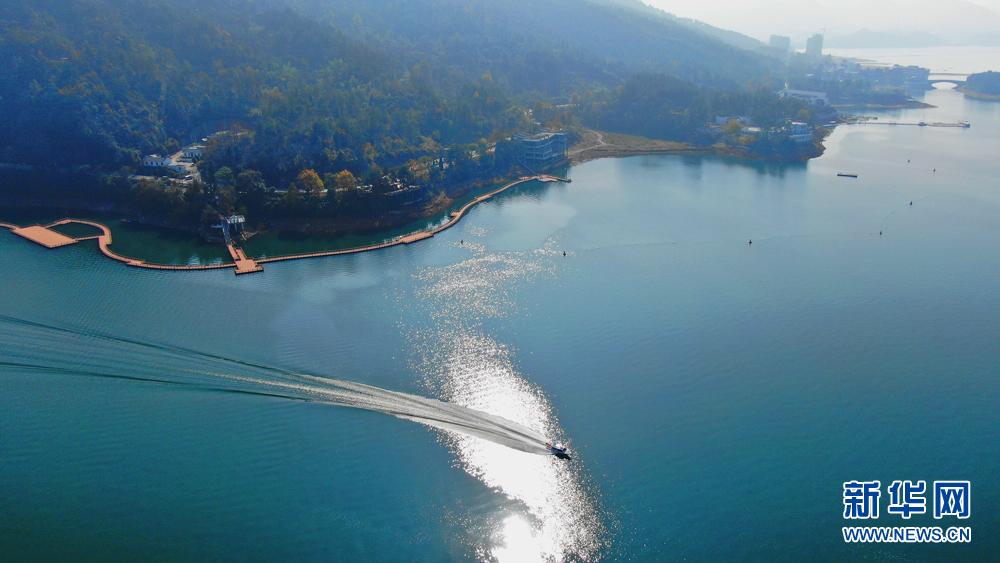 11月23日,航拍镜头下的安徽黄山太平湖风景区.