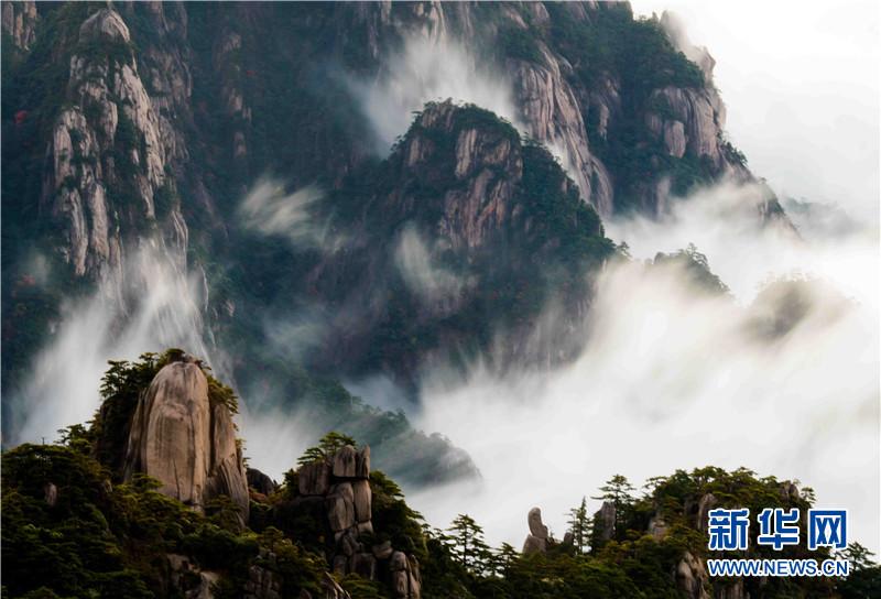 10月2日,安徽省黄山风景区漫山秋景美不胜收,山峦美如天然画卷.