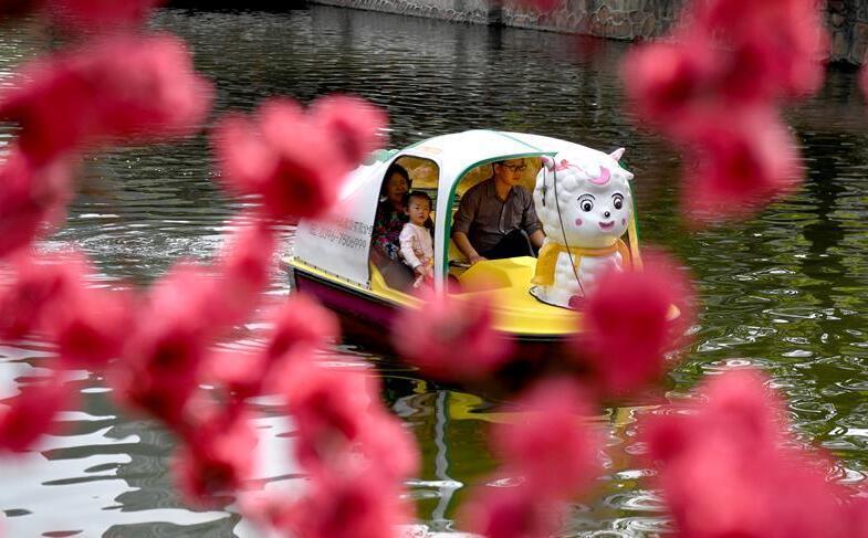 春暖花開好蕩舟