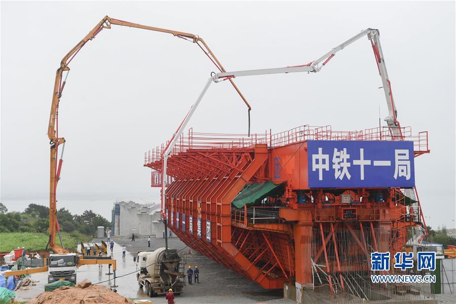 国内首孔40米大跨度移动模架现浇梁在福厦高铁启动浇筑图片