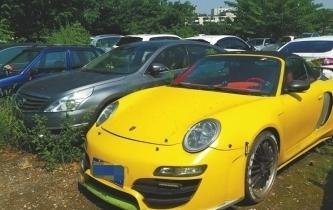 非法改裝豪車被查扣 在停車場裏雜草覆蓋無人領