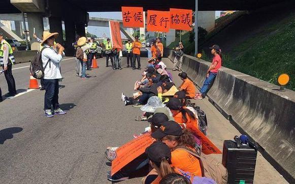 公路收費員自救會30日靜坐抗議,抗議蔡英文當局補貼跳票