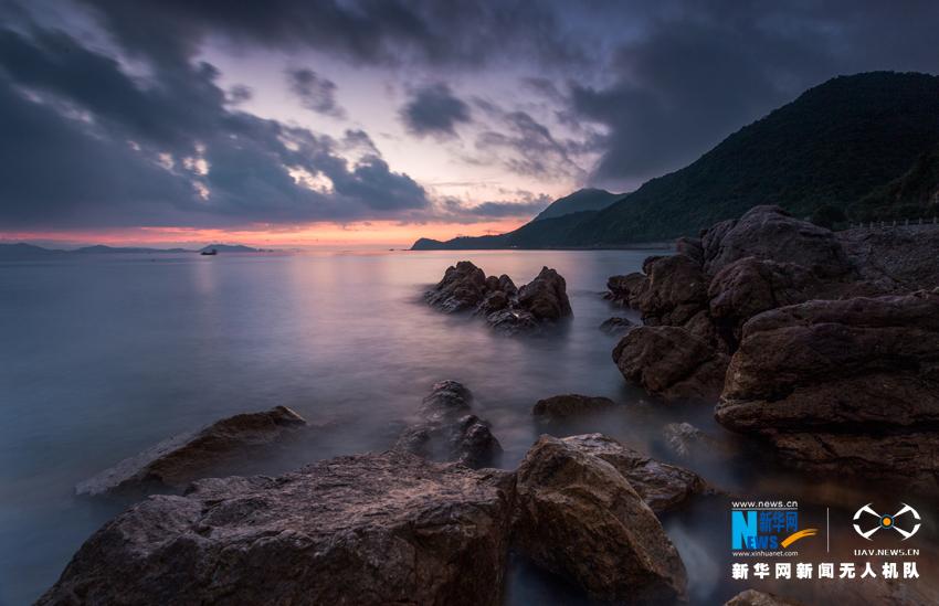 早晨五点多,大鹏半岛南澳镇晨曦中的海边礁石.
