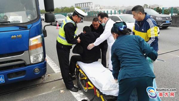 司机高速公路上发病 交警及时救助化险为夷