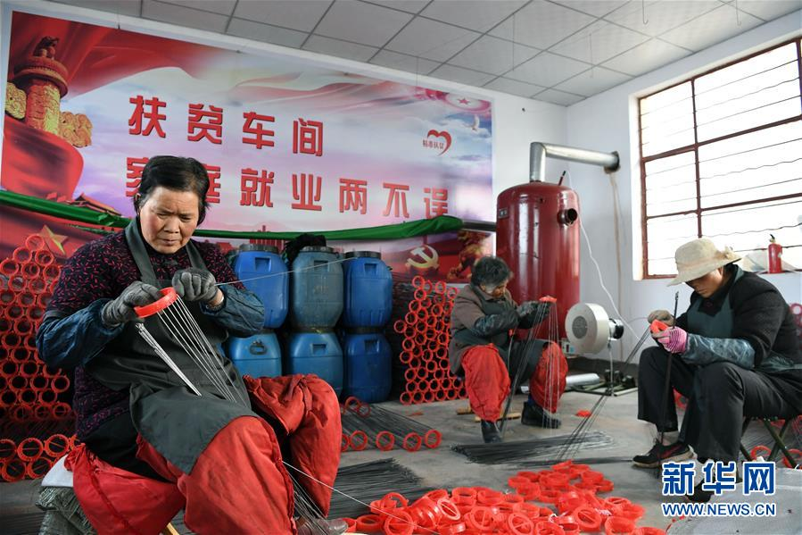 (社会)(2)甘肃庄浪:宫灯扶贫车间让妇女家门口就业