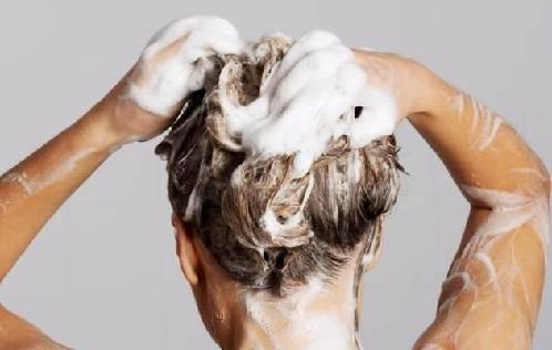 头发爱出油?你洗头时可能犯了这些错误图片