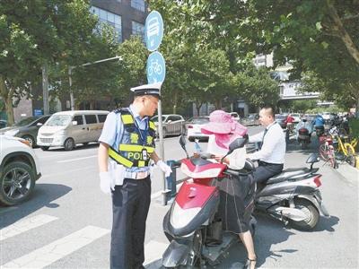 """郑州东区多部门""""协同作战""""开展交通安全秩序专项行动"""