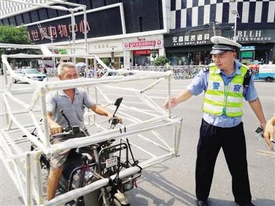 警方整治郑州火车站地区非机动车交通违法