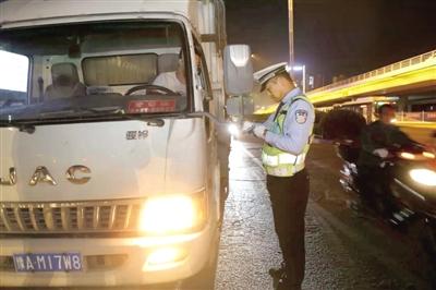 河南郑州市公安局交警支队集中夜查交通违法行为