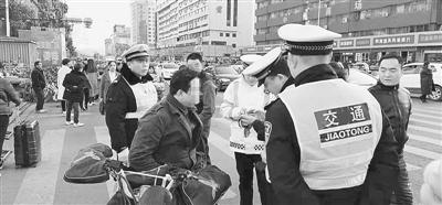 鄭州30個重點路口不到仨月 查電動車交通違法5萬多起