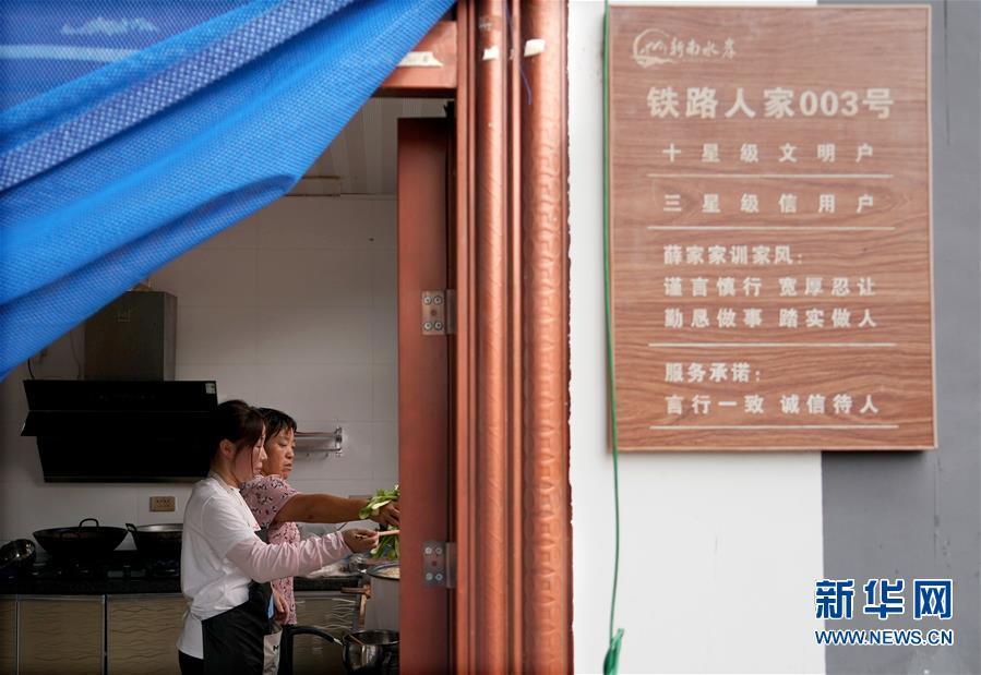 """(脫貧攻堅)(8)伏牛山區脫貧故事——山窩窩""""開""""來小火車"""