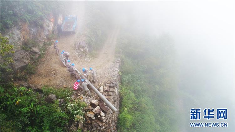 9月6日,在湖北省恩施土家族苗族自治州鹤峰县中营乡汤家湾村,电工正