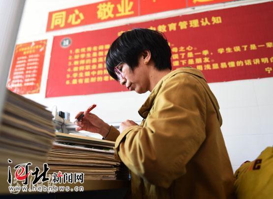 河北宁晋县:高三患病女教师跪着为学生讲课