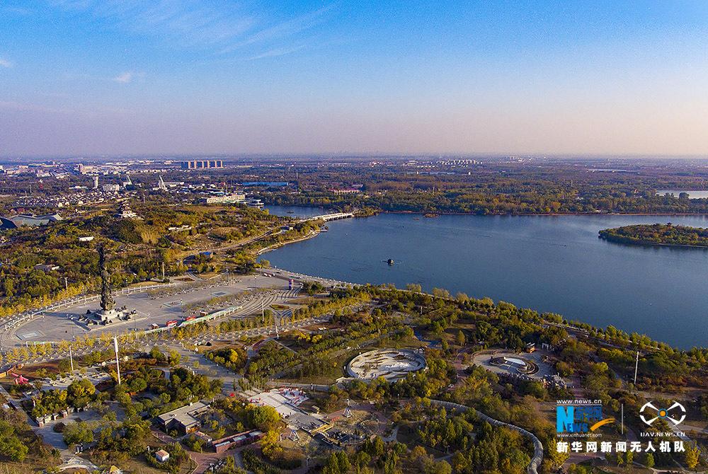 秋末冬初,河北省唐山市南湖生态风景区色彩斑斓,美景如画.