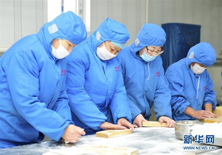 (社會)(1)河北黃驊:趕制面花迎新春