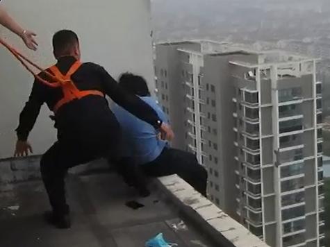視頻|民警警繩係腰 33層樓頂死死抱住輕生女子