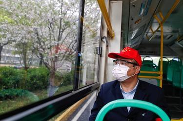 武漢市部分公交車恢復開行