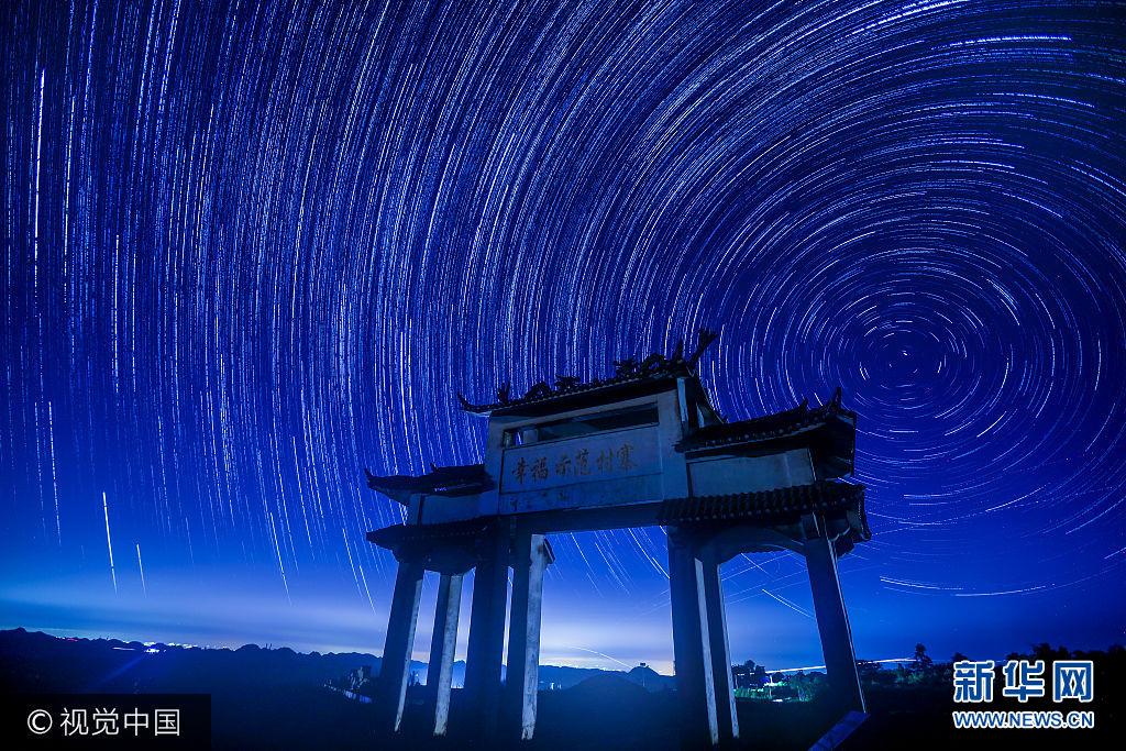 ***_***2017年8月20日淩晨,天文觀測愛好者在貴州龍裏用延時攝影記錄下夜空中的浩瀚銀河、星軌。