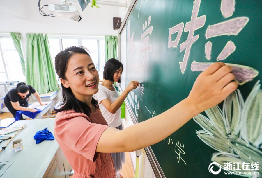 德清浙江:擦拭小学迎开学古矿桌椅图片