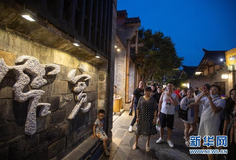 (社會)(2)成都寬窄巷子舉行全國示范步行街揭牌儀式