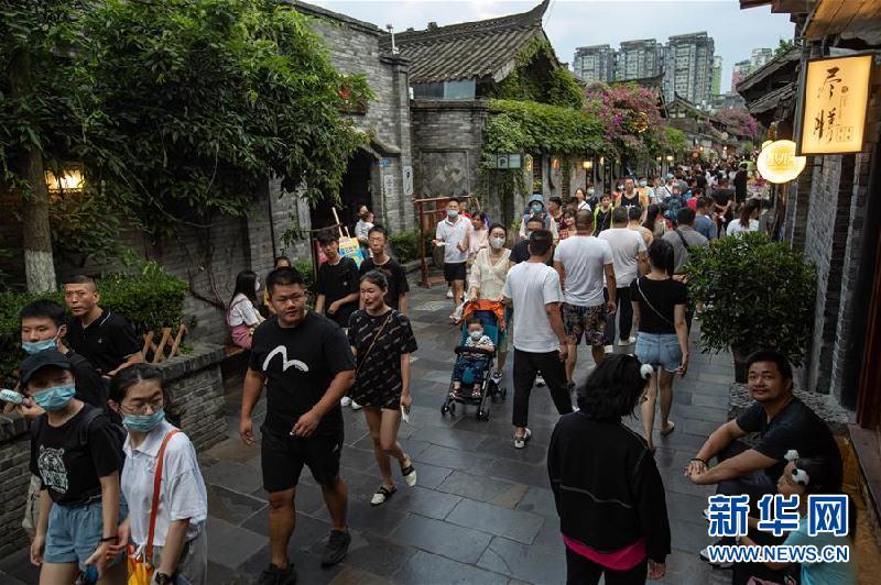 (社會)(5)成都寬窄巷子舉行全國示范步行街揭牌儀式