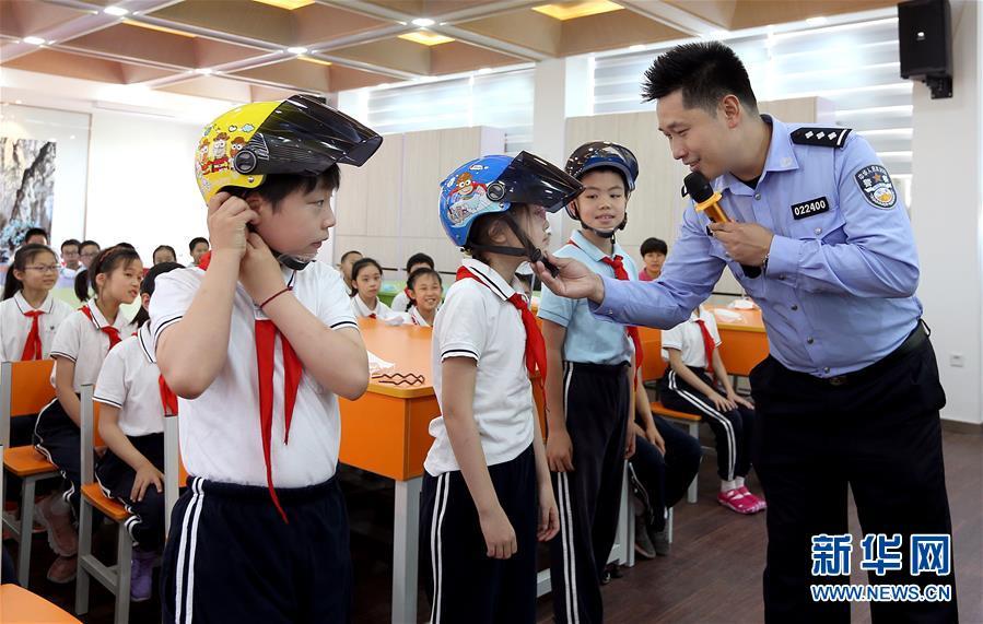 (社會)(1)帶好頭盔 平安上學