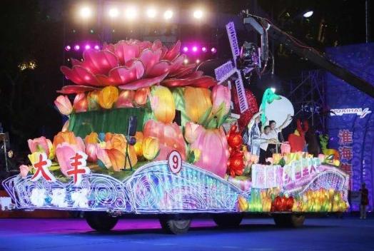30余万市民游客共赏上海旅游节花车巡游
