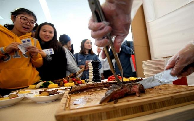 上海:高校美食节 比拼食堂菜