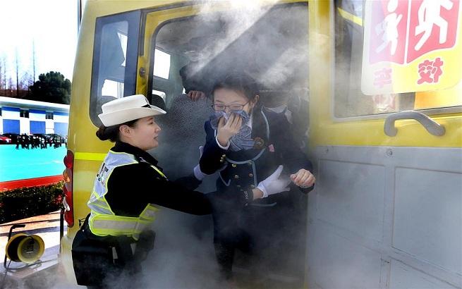 上海举行校车应急疏散演练