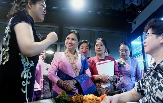 老挝妇女代表团访问上海