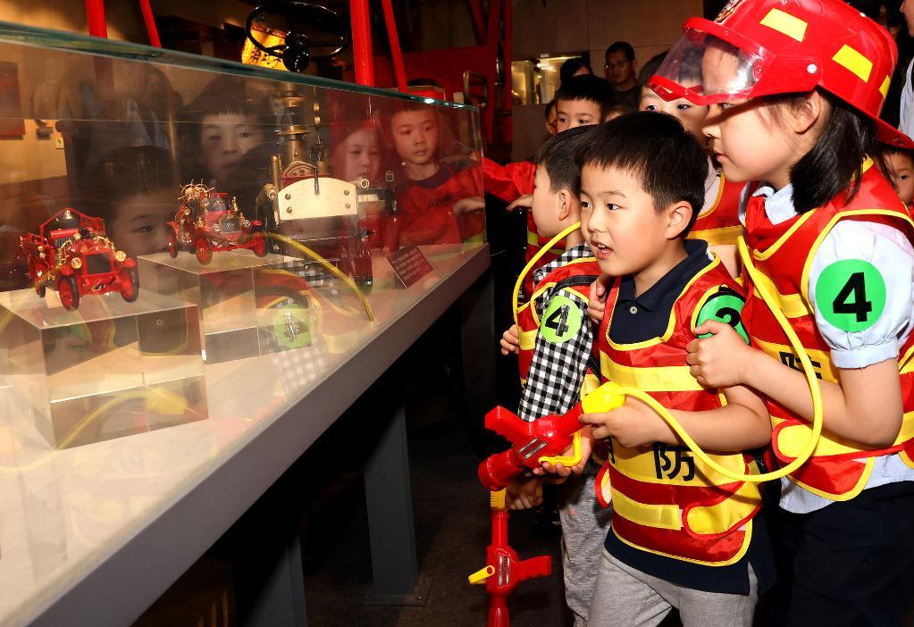 上海:萌娃学消防