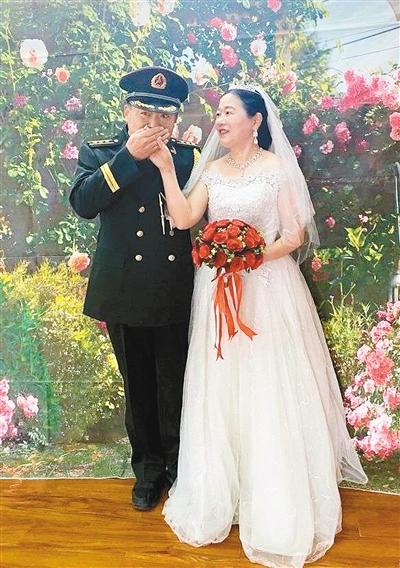 开展暖心公益活动 为退役老兵补拍婚纱照