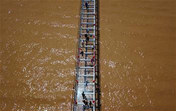 橫跨黃河玻璃橋 驚艷亮相沙坡頭