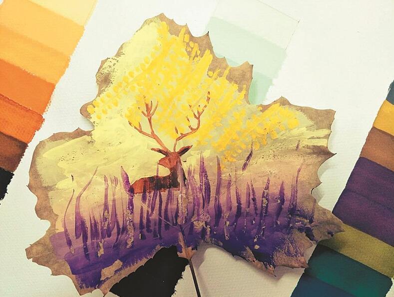 在她的树叶画上,一片枫叶上被画了五六种颜色,画得比较抽象,但看起来