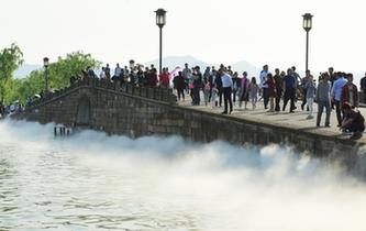 """杭州:西湖斷橋再啟""""仙霧""""飄渺景"""