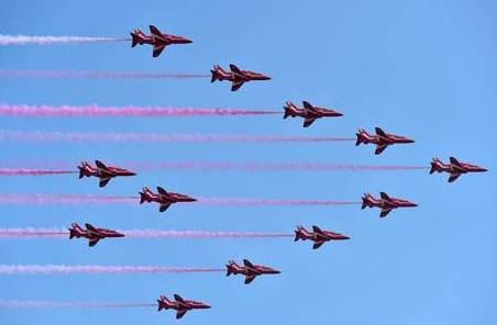 """英國空軍""""紅箭""""飛行表演隊墜機 一死一傷"""