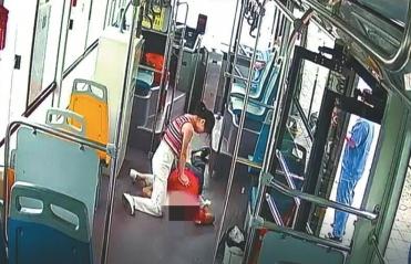 男子公交車上昏迷 路過女護士急救累癱默默離開