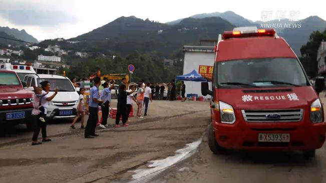 謝謝你們!當救援人員撤離時,群眾夾道相送!
