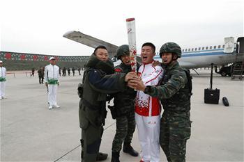 軍運會軍營火炬傳遞活動最後一站武警獵鷹突擊隊站舉行