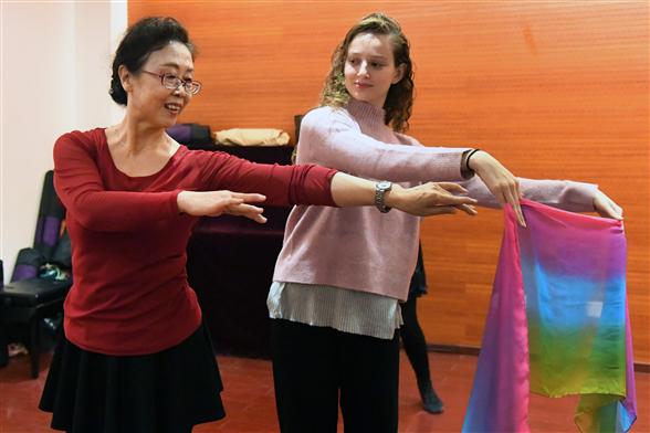 朝陽:以色列藝術家與社區舞蹈隊共享舞動樂趣