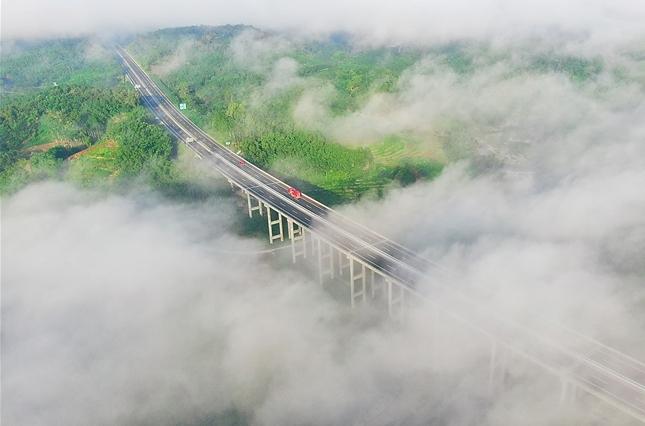 海南中線高速:生態景觀路 穿行雲霧間