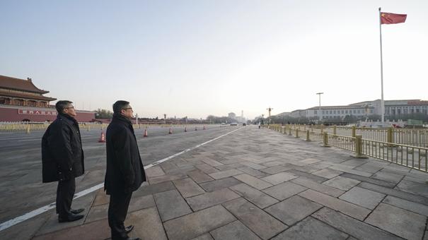 香港警務處處長鄧炳強率團觀看天安門廣場升國旗儀式