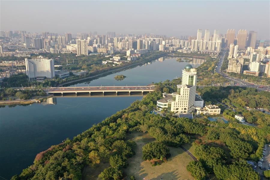 廣西南寧:初冬依舊好風貌 半城綠樹半城樓