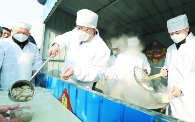 北京新發地農産品批發市場留守商戶吃上除夕餃子