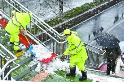 今晨北京4200名環衛工人上路鏟冰掃雪