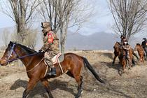 行進在鄉間的馬背巡邏隊