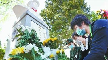 向烈士像獻花