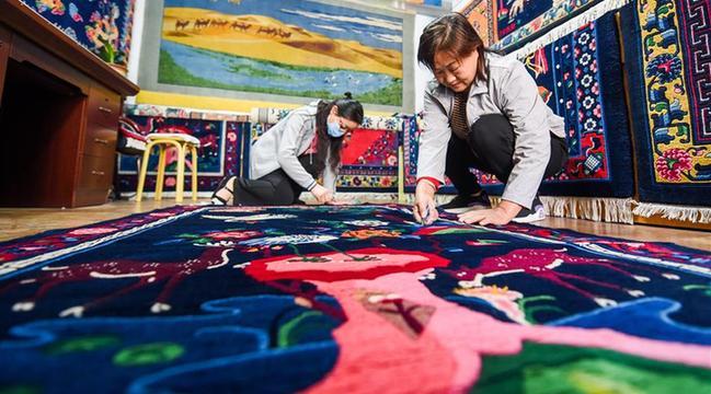 段麗珍:讓阿拉善倣古地毯綻放異彩