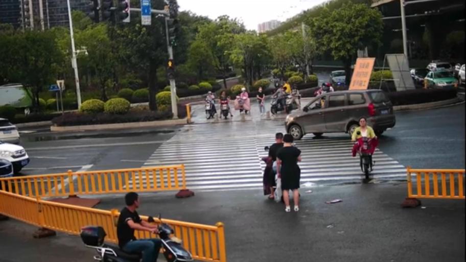 非機動車闖紅燈照樣吃罰單——福州交警罰了20人