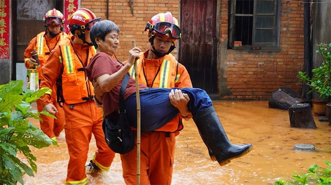 暴雨內澇 他們蹚水抱出被困老人